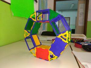 Solido formato da 6 parallelepipedi e da 6 prismi a base triangolare.