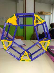 Poliedro con caratteristica di Eulero pari a 0, formato da 5 piramidi a base quadrata e 5 prismi a base triangolare.